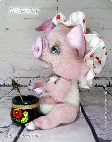Я очень рада представить Вам мое новое творение - поросеночка по имени крошечка Хаврошечка)) Она такая милая, такая живая и подвижная, что я получаю море удовольствия от общения с этим сладким ребенком!!! Обожаю ее!!! В этой маленькой хрюшке есть и новшества: кожаный пятачок, кожаные копытца, и ушки так же, из кожи с проволочным каркасом. Но пожалуй, самое сложное - это копытца. Каждое копытце сделано из тонкой кожи. Учитывая размеры поросеночка, работа над копытами была очень кропотливой. Слюнявчик и чепчик сшит из хлопковой ткани. Глазки стеклянные, и не смотря на размер глазок 6 мм, имеют веки из кожи и крошечные реснички. Хаврошечка довольно тяжеленькая, ее очень приятно держать в руках, хоть и сложно удержать, так как ребенок очень вертлявый))) Малышка сшита полностью вручную из альпаки с коротким ворсом. Головушка подвижная, благодаря соединению на двойном шплинте. Ножки крепятся на т-образных шплинтах. Тонировка акриловыми красками. фото 14