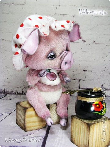 Я очень рада представить Вам мое новое творение - поросеночка по имени крошечка Хаврошечка)) Она такая милая, такая живая и подвижная, что я получаю море удовольствия от общения с этим сладким ребенком!!! Обожаю ее!!! В этой маленькой хрюшке есть и новшества: кожаный пятачок, кожаные копытца, и ушки так же, из кожи с проволочным каркасом. Но пожалуй, самое сложное - это копытца. Каждое копытце сделано из тонкой кожи. Учитывая размеры поросеночка, работа над копытами была очень кропотливой. Слюнявчик и чепчик сшит из хлопковой ткани. Глазки стеклянные, и не смотря на размер глазок 6 мм, имеют веки из кожи и крошечные реснички. Хаврошечка довольно тяжеленькая, ее очень приятно держать в руках, хоть и сложно удержать, так как ребенок очень вертлявый))) Малышка сшита полностью вручную из альпаки с коротким ворсом. Головушка подвижная, благодаря соединению на двойном шплинте. Ножки крепятся на т-образных шплинтах. Тонировка акриловыми красками. фото 20