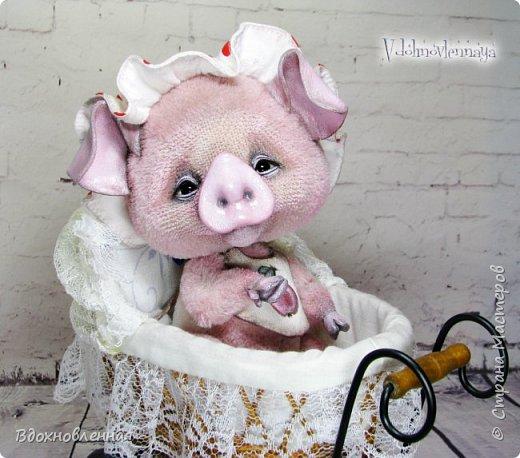 Я очень рада представить Вам мое новое творение - поросеночка по имени крошечка Хаврошечка)) Она такая милая, такая живая и подвижная, что я получаю море удовольствия от общения с этим сладким ребенком!!! Обожаю ее!!! В этой маленькой хрюшке есть и новшества: кожаный пятачок, кожаные копытца, и ушки так же, из кожи с проволочным каркасом. Но пожалуй, самое сложное - это копытца. Каждое копытце сделано из тонкой кожи. Учитывая размеры поросеночка, работа над копытами была очень кропотливой. Слюнявчик и чепчик сшит из хлопковой ткани. Глазки стеклянные, и не смотря на размер глазок 6 мм, имеют веки из кожи и крошечные реснички. Хаврошечка довольно тяжеленькая, ее очень приятно держать в руках, хоть и сложно удержать, так как ребенок очень вертлявый))) Малышка сшита полностью вручную из альпаки с коротким ворсом. Головушка подвижная, благодаря соединению на двойном шплинте. Ножки крепятся на т-образных шплинтах. Тонировка акриловыми красками. фото 21