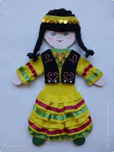 Костюм девочки-башкирки отражает характерные для национальной одежды этого народа детали: многоярусная юбка платья (кулдэк), короткая безрукавка (кэзэки), головной убор (такыя). Такой костюм может пригодиться для различных мероприятий и праздников. фото 1