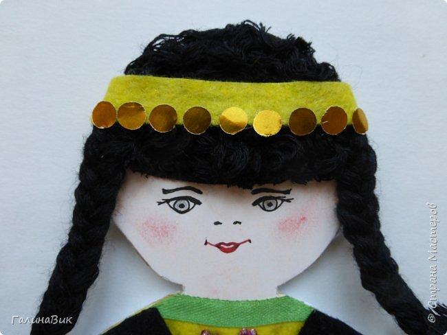 Костюм девочки-башкирки отражает характерные для национальной одежды этого народа детали: многоярусная юбка платья (кулдэк), короткая безрукавка (кэзэки), головной убор (такыя). Такой костюм может пригодиться для различных мероприятий и праздников. фото 2