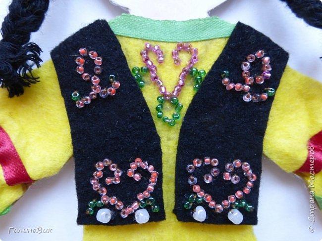 Костюм девочки-башкирки отражает характерные для национальной одежды этого народа детали: многоярусная юбка платья (кулдэк), короткая безрукавка (кэзэки), головной убор (такыя). Такой костюм может пригодиться для различных мероприятий и праздников. фото 3