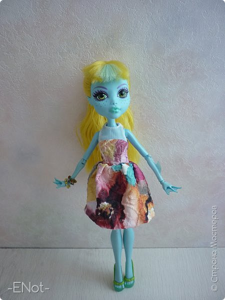 Всем привет) Совсем недавно у меня появилась новенькая. Купила я её так же неожиданно, как и придумала имя. Вот только взяла я её в руки, как в голову пришло имя-Салли)) Фото будет немного, так как своей одежды у Сал нету( платье и браслеты одолжила Женька) Эээх...придётся мне делать отдельную запись, где рассказать о всех своих куклах, а то кто кому платье одолжил, наверное, вам не понятно) фото 5