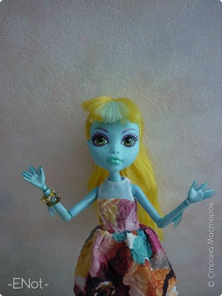 Всем привет) Совсем недавно у меня появилась новенькая. Купила я её так же неожиданно, как и придумала имя. Вот только взяла я её в руки, как в голову пришло имя-Салли)) Фото будет немного, так как своей одежды у Сал нету( платье и браслеты одолжила Женька) Эээх...придётся мне делать отдельную запись, где рассказать о всех своих куклах, а то кто кому платье одолжил, наверное, вам не понятно) фото 2
