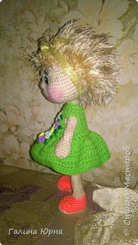 Куколки получаются ростом 24-26 см. Внутри проволочный каркас. Это Катя) она осталась жить у нас дома, дочка не захотела ее отдавать. фото 2