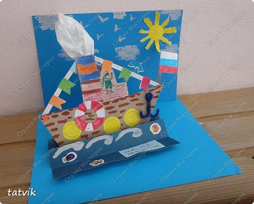 Вот такие кораблики мастерили ребята подготовительной группы в подарок папам на 23 февраля. Корпус корабля делали из упаковочного картона, всегда жалко его выбрасывать) Якорь из синельной проволоки, дым из салфетки. фото 2