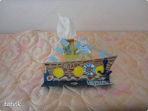 Вот такие кораблики мастерили ребята подготовительной группы в подарок папам на 23 февраля. Корпус корабля делали из упаковочного картона, всегда жалко его выбрасывать) Якорь из синельной проволоки, дым из салфетки. фото 3