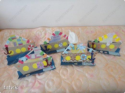 Вот такие кораблики мастерили ребята подготовительной группы в подарок папам на 23 февраля. Корпус корабля делали из упаковочного картона, всегда жалко его выбрасывать) Якорь из синельной проволоки, дым из салфетки. фото 5