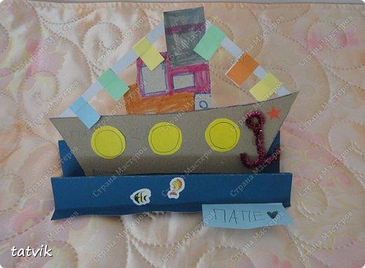 Вот такие кораблики мастерили ребята подготовительной группы в подарок папам на 23 февраля. Корпус корабля делали из упаковочного картона, всегда жалко его выбрасывать) Якорь из синельной проволоки, дым из салфетки. фото 6