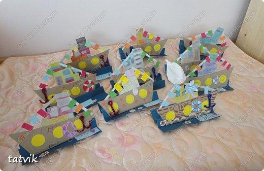 Вот такие кораблики мастерили ребята подготовительной группы в подарок папам на 23 февраля. Корпус корабля делали из упаковочного картона, всегда жалко его выбрасывать) Якорь из синельной проволоки, дым из салфетки. фото 11