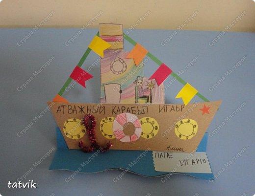 Вот такие кораблики мастерили ребята подготовительной группы в подарок папам на 23 февраля. Корпус корабля делали из упаковочного картона, всегда жалко его выбрасывать) Якорь из синельной проволоки, дым из салфетки. фото 4