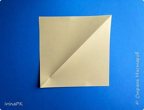 Вот таких курочек можно сделать к Пасхе с детьми. За основу взяла готовый способ складывания оригами, но добавила свое. Эту курочку смогут сделать даже дети 4-5 лет, делается очень просто.  фото 2