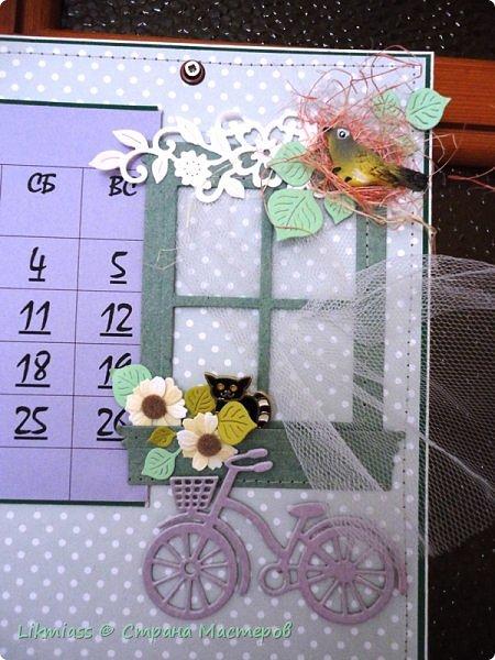В праздники совсем запуталась в числах и днях недели. Приличного календаря не купить. До этого у меня был календарь с ангелами Гапчинской. Классный. Так что пришлось делать самой. Это просто страничка как бы альбомная формат А4 . В уголок с цветами и под наличник окошка как раз и вставляется сетка. У меня на каждый месяц отдельно.  Планирую сделать по временам года. Пока зима  и весна  только.  Календарную сетку сделала сама, т.к. не смогла найти то, что мне нужно.  Оказалось, что сделать календарную сетку быстрее, чем подгонять готовые под свои нужды.    фото 3