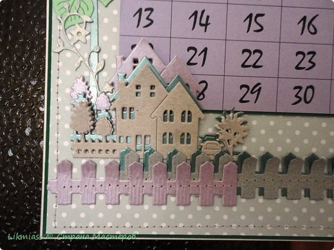 В праздники совсем запуталась в числах и днях недели. Приличного календаря не купить. До этого у меня был календарь с ангелами Гапчинской. Классный. Так что пришлось делать самой. Это просто страничка как бы альбомная формат А4 . В уголок с цветами и под наличник окошка как раз и вставляется сетка. У меня на каждый месяц отдельно.  Планирую сделать по временам года. Пока зима  и весна  только.  Календарную сетку сделала сама, т.к. не смогла найти то, что мне нужно.  Оказалось, что сделать календарную сетку быстрее, чем подгонять готовые под свои нужды.    фото 4