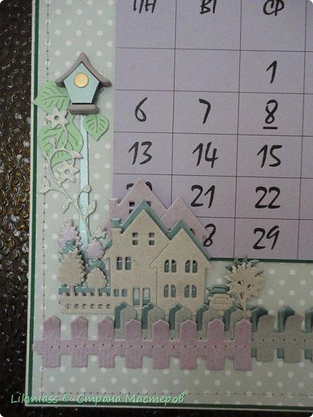 В праздники совсем запуталась в числах и днях недели. Приличного календаря не купить. До этого у меня был календарь с ангелами Гапчинской. Классный. Так что пришлось делать самой. Это просто страничка как бы альбомная формат А4 . В уголок с цветами и под наличник окошка как раз и вставляется сетка. У меня на каждый месяц отдельно.  Планирую сделать по временам года. Пока зима  и весна  только.  Календарную сетку сделала сама, т.к. не смогла найти то, что мне нужно.  Оказалось, что сделать календарную сетку быстрее, чем подгонять готовые под свои нужды.    фото 5