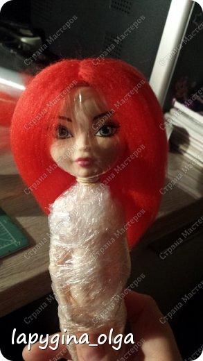 """Доброго времени суток, моя мечта заняться ООАК'ом. (Это авторское изменение внешности фабричной куклы. В переводе с английского дословно расшифровывается как One Of A Kind – значит «Единственная в своем роде».)   Долго боялась портить хорошие куклы, коих у меня множество. Поэтому нашла интересные подделки, у которых тело от Monster High и голова от Ever After High. Меня просто с ума свела их """"дикая"""" цена - от 3 € до 5 € :) Итак, хватит прелюдий.   Это не МК. Просто освещаю этапы работы.   Убедительная просьба - не портите хороших кукол без определенных навыков и разрешения родителей. Лучше для тренировки взять дешевую китайскую подделку. Делайте под присмотром родителей, т. к. возможны травмы при неправильном обращении с горячим утюжком.  Так выглядит готовый вариант. Только парик, еще предстоит перерисовать лицо, сшить наряд. фото 8"""