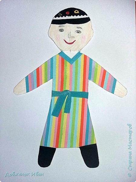 Мальчик - узбек.   Костюм мальчика - узбека  отражает характерные для национальной одежды этого народа детали :  халат, рубах различного фасона, камзола, пояса, кожаных сапог, штанов и обязательного головного убора — чалмы или тюбетейки. фото 1