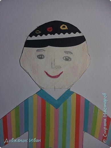 Мальчик - узбек.   Костюм мальчика - узбека  отражает характерные для национальной одежды этого народа детали :  халат, рубах различного фасона, камзола, пояса, кожаных сапог, штанов и обязательного головного убора — чалмы или тюбетейки. фото 2