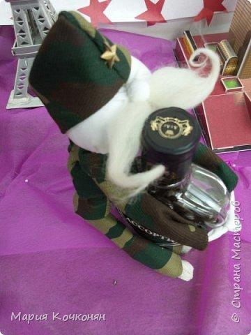 """Идея оформления бутылки с конфетами """"Жадный солдат"""" фото 3"""