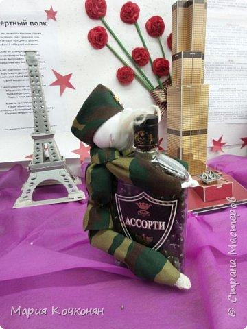 """Идея оформления бутылки с конфетами """"Жадный солдат"""" фото 2"""