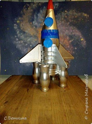 Представляю вашему вниманию макет ракеты ко Дню Космонавтики, которая будет украшением тематической выставки в детском саду или радовать глаз в домашней обстановке. фото 1