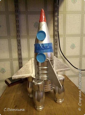 Представляю вашему вниманию макет ракеты ко Дню Космонавтики, которая будет украшением тематической выставки в детском саду или радовать глаз в домашней обстановке. фото 9