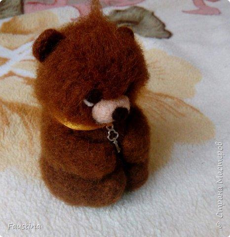"""Здравствуйте! Родился у меня тут малышок-медвежонок,ростиком всего 7 см,эдакий ладошечный вариант. Свалян полностью из Новозеландского кардочеса,включая глазки. У нас с моей мамулькой такой """"проект"""" под названием """"малыши в корзинках"""": мама плетет корзиночки из газетных трубочек, а я валяю какую-нибудь зверушку-миниатюрку,потом все это еще дополняется букетиками цветочков из Фома или ХФ. Вот такая задумка у нас! Еще попутно составляют программу МК для начинающих на примере миниатюр,т.е. такие персонажики валяются очень просто и всего за несколько часов,но это тоже только в """"проекте"""",так что,если кому-то интересно будет научиться валять всяких разных зверят-не теряйтесь! Скоро начнем!))) фото 2"""