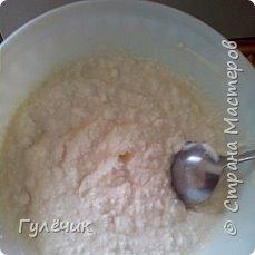 Вначале творог : кладём в него сахар 1/3 стакана, следом 2 яйца, перемешиваем и добавляем 2-3 ложки манки, по желанию ванильный сахар, пока манка набухает -готовим тесто фото 1