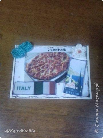 А вот и моя Италия! Для вас я выбрала рецепты популярной пиццы которые вы сможете сами приготовить дома. Выбирают только участницы совместника. Традиционная пицца Италии – это тонкое тесто и еще более тонкий слой начинки из двух или трех компонентов. Еще много веков назад это блюдо в Италии считалось едой для бедных. И только потом, полюбившись королю Фердинанду II, оно смогло попасть на королевский двор. Правда, король изрядно потрудился, доказывая королеве Маргарите достоинства такого лакомства. Пришлось придумать новый способ замешивания теста с помощью венчика (раньше его мешали ногами) и сделать специальные вилочки, чтобы королевские особы не испачкали пальцы. фото 2