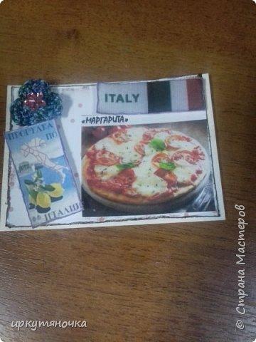 А вот и моя Италия! Для вас я выбрала рецепты популярной пиццы которые вы сможете сами приготовить дома. Выбирают только участницы совместника. Традиционная пицца Италии – это тонкое тесто и еще более тонкий слой начинки из двух или трех компонентов. Еще много веков назад это блюдо в Италии считалось едой для бедных. И только потом, полюбившись королю Фердинанду II, оно смогло попасть на королевский двор. Правда, король изрядно потрудился, доказывая королеве Маргарите достоинства такого лакомства. Пришлось придумать новый способ замешивания теста с помощью венчика (раньше его мешали ногами) и сделать специальные вилочки, чтобы королевские особы не испачкали пальцы. фото 7