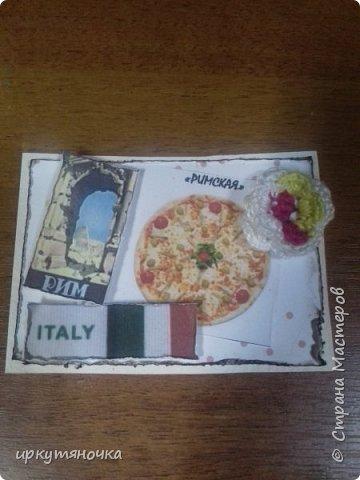 А вот и моя Италия! Для вас я выбрала рецепты популярной пиццы которые вы сможете сами приготовить дома. Выбирают только участницы совместника. Традиционная пицца Италии – это тонкое тесто и еще более тонкий слой начинки из двух или трех компонентов. Еще много веков назад это блюдо в Италии считалось едой для бедных. И только потом, полюбившись королю Фердинанду II, оно смогло попасть на королевский двор. Правда, король изрядно потрудился, доказывая королеве Маргарите достоинства такого лакомства. Пришлось придумать новый способ замешивания теста с помощью венчика (раньше его мешали ногами) и сделать специальные вилочки, чтобы королевские особы не испачкали пальцы. фото 8