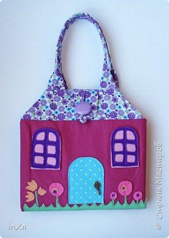 На День рождение своей племяшки сшила такую сумочку с куколкой. Сумку-домик шила по МК Ольги Вайды, у нее замечательные сумочки!!! Куколка - маленький шерстяной вальдорфик.  фото 10