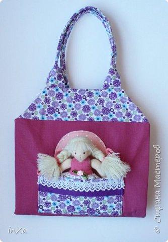 На День рождение своей племяшки сшила такую сумочку с куколкой. Сумку-домик шила по МК Ольги Вайды, у нее замечательные сумочки!!! Куколка - маленький шерстяной вальдорфик.  фото 2