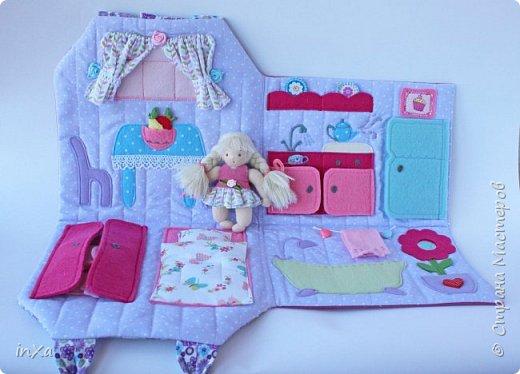 На День рождение своей племяшки сшила такую сумочку с куколкой. Сумку-домик шила по МК Ольги Вайды, у нее замечательные сумочки!!! Куколка - маленький шерстяной вальдорфик.  фото 3