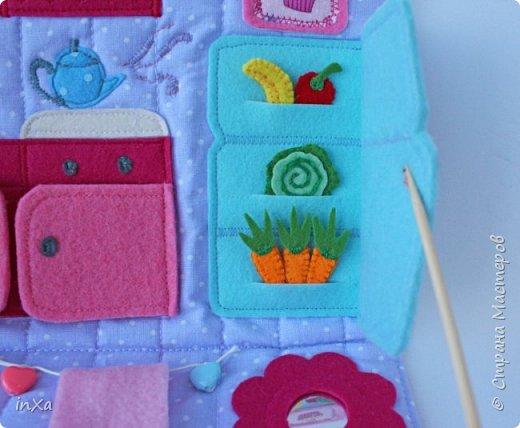На День рождение своей племяшки сшила такую сумочку с куколкой. Сумку-домик шила по МК Ольги Вайды, у нее замечательные сумочки!!! Куколка - маленький шерстяной вальдорфик.  фото 4