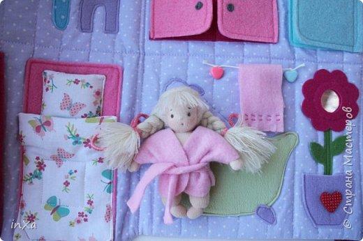 На День рождение своей племяшки сшила такую сумочку с куколкой. Сумку-домик шила по МК Ольги Вайды, у нее замечательные сумочки!!! Куколка - маленький шерстяной вальдорфик.  фото 8
