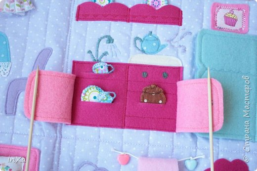 На День рождение своей племяшки сшила такую сумочку с куколкой. Сумку-домик шила по МК Ольги Вайды, у нее замечательные сумочки!!! Куколка - маленький шерстяной вальдорфик.  фото 5
