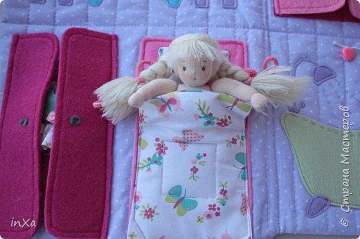На День рождение своей племяшки сшила такую сумочку с куколкой. Сумку-домик шила по МК Ольги Вайды, у нее замечательные сумочки!!! Куколка - маленький шерстяной вальдорфик.  фото 9