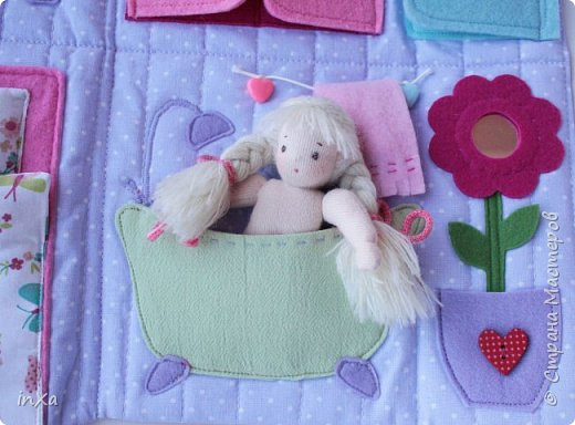 На День рождение своей племяшки сшила такую сумочку с куколкой. Сумку-домик шила по МК Ольги Вайды, у нее замечательные сумочки!!! Куколка - маленький шерстяной вальдорфик.  фото 7