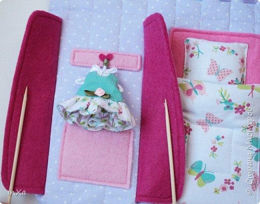 На День рождение своей племяшки сшила такую сумочку с куколкой. Сумку-домик шила по МК Ольги Вайды, у нее замечательные сумочки!!! Куколка - маленький шерстяной вальдорфик.  фото 6
