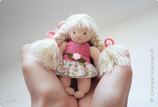На День рождение своей племяшки сшила такую сумочку с куколкой. Сумку-домик шила по МК Ольги Вайды, у нее замечательные сумочки!!! Куколка - маленький шерстяной вальдорфик.  фото 1