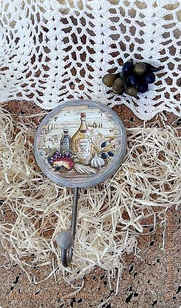 Добрый день, дорогие соседи, жители Страны Мастеров! Хочу показать вам очередные свои творения, сделанные на заказ. Заказчик - муж:)) Он задает тематику, а я уже творю, полагаясь на свою фантазию. Тема, давно полюбившаяся многим декупажницам: лаванда, маслины и другие овощи, фрукты, и, конечно же, море. Морская тематика одна из самых любимых мной, море меня завораживает и вдохновляет.  Итак, приятного просмотра.  Первые два творения - вешалочки для кухни, но можно и ключики повесить. Заготовки - МДФ. Использовала фрагменты декупажной карты, которую предварительно истончала при помощи скотча. Лакировка, шкурение, подрисовка, многослойное окрашивание, деликатное состаривание, на финише - вощение.  фото 2