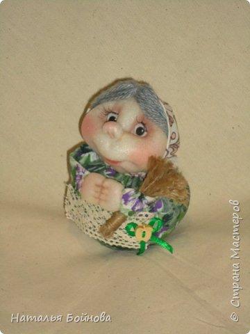 Маленькая куколка  внутри которой - монета. По поверью куколка, внутри которой спрятана монетка, приносит в дом удачу и достаток, бережет домашний очаг, хранит семью.Куклу дарят с пожеланием Благополучия и достатка в доме. Веник принят у многих народов как символ, оберегающий от проникающего в дом зла, а также выметать ссоры из избы... фото 3