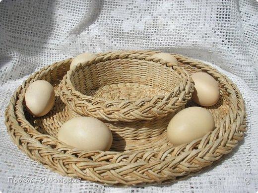 Добрый день, дорогие рукодельницы!  Забавная вышитая крашенка с желторотым цыпленком; плетеный под кулич поднос, курица; распустившаяся зеленая веточка - незаменимый декор, реквизит в сезонной пасхальной декорации. Все это Вы увидите в моем посте, ведь приближается Светлый праздник - Пасха, и я к нему тоже готовлюсь.   1. ПОДНОС С РУЧКАМИ.   фото 17
