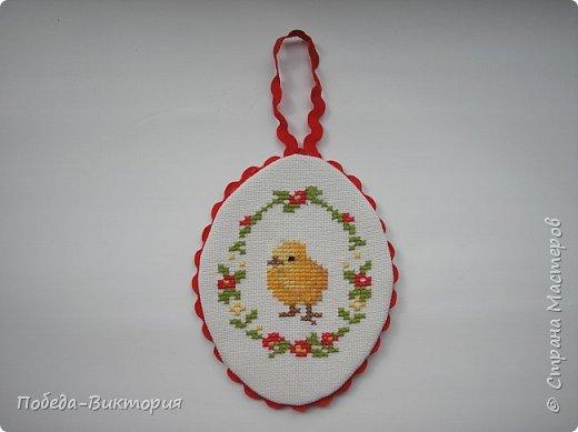 Добрый день, дорогие рукодельницы!  Забавная вышитая крашенка с желторотым цыпленком; плетеный под кулич поднос, курица; распустившаяся зеленая веточка - незаменимый декор, реквизит в сезонной пасхальной декорации. Все это Вы увидите в моем посте, ведь приближается Светлый праздник - Пасха, и я к нему тоже готовлюсь.   1. ПОДНОС С РУЧКАМИ.   фото 25