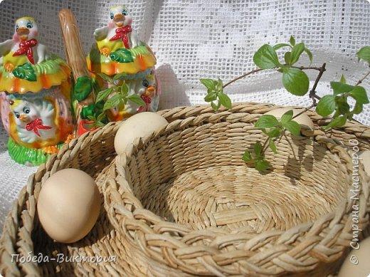 Добрый день, дорогие рукодельницы!  Забавная вышитая крашенка с желторотым цыпленком; плетеный под кулич поднос, курица; распустившаяся зеленая веточка - незаменимый декор, реквизит в сезонной пасхальной декорации. Все это Вы увидите в моем посте, ведь приближается Светлый праздник - Пасха, и я к нему тоже готовлюсь.   1. ПОДНОС С РУЧКАМИ.   фото 18