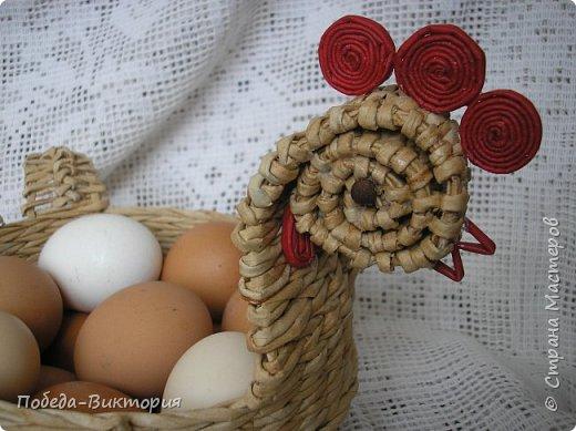 Добрый день, дорогие рукодельницы!  Забавная вышитая крашенка с желторотым цыпленком; плетеный под кулич поднос, курица; распустившаяся зеленая веточка - незаменимый декор, реквизит в сезонной пасхальной декорации. Все это Вы увидите в моем посте, ведь приближается Светлый праздник - Пасха, и я к нему тоже готовлюсь.   1. ПОДНОС С РУЧКАМИ.   фото 12