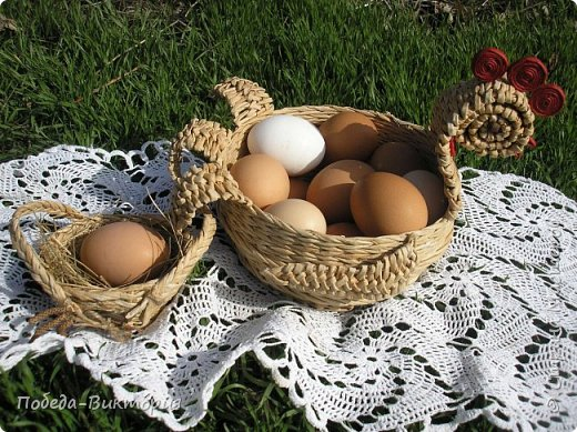 Добрый день, дорогие рукодельницы!  Забавная вышитая крашенка с желторотым цыпленком; плетеный под кулич поднос, курица; распустившаяся зеленая веточка - незаменимый декор, реквизит в сезонной пасхальной декорации. Все это Вы увидите в моем посте, ведь приближается Светлый праздник - Пасха, и я к нему тоже готовлюсь.   1. ПОДНОС С РУЧКАМИ.   фото 14