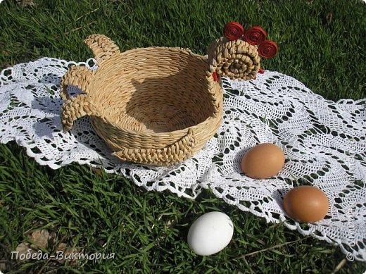 Добрый день, дорогие рукодельницы!  Забавная вышитая крашенка с желторотым цыпленком; плетеный под кулич поднос, курица; распустившаяся зеленая веточка - незаменимый декор, реквизит в сезонной пасхальной декорации. Все это Вы увидите в моем посте, ведь приближается Светлый праздник - Пасха, и я к нему тоже готовлюсь.   1. ПОДНОС С РУЧКАМИ.   фото 13