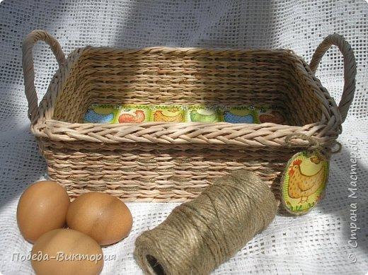 Добрый день, дорогие рукодельницы!  Забавная вышитая крашенка с желторотым цыпленком; плетеный под кулич поднос, курица; распустившаяся зеленая веточка - незаменимый декор, реквизит в сезонной пасхальной декорации. Все это Вы увидите в моем посте, ведь приближается Светлый праздник - Пасха, и я к нему тоже готовлюсь.   1. ПОДНОС С РУЧКАМИ.   фото 6